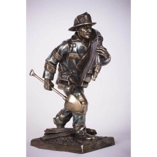 Pemadam Kebakaran Menanggapi Panggilan Statue-Intl