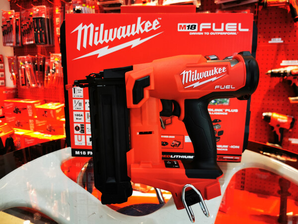 Milkwaukee M18 FUEL™ Cordless Brushless 18-Gauge Brad Nailer w/ Kit 3.0Ah *Suitable for F Nail Only* M18 FN18GS-301B (with Mystery Gift)